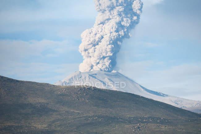 Pérou, Arequipa, Chivay, éruption d'un volcan dans la vallée du Colca — Photo de stock