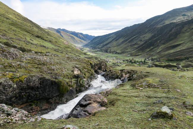 Peru, Cuzco, Lares, auf den Lares Trek nach Machu Picchu, grüne Berge und Bach — Stockfoto
