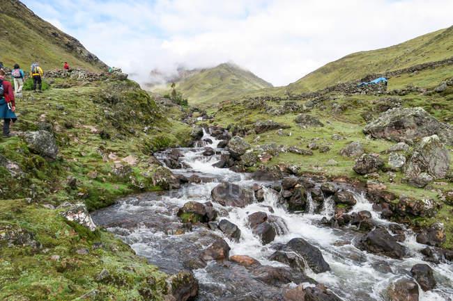 Escursioni turistiche lungo il fiume roccioso su Lares trekking a Machu Picchu, Lares, Cuzco, Perù. — Foto stock