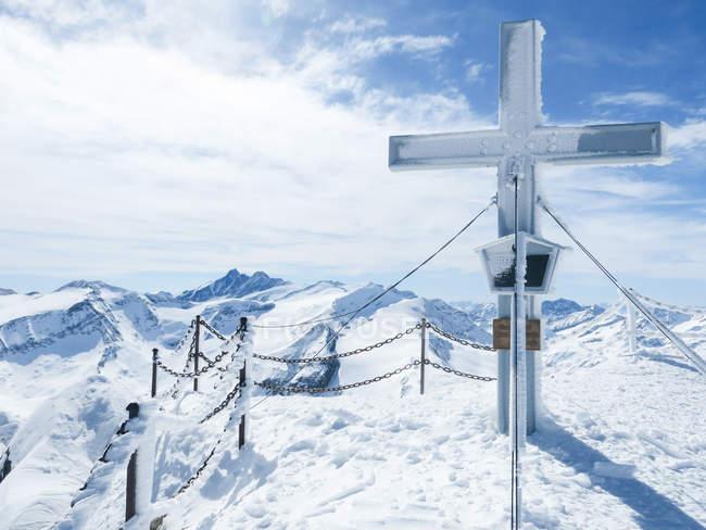 Австрія, Зальцбург, Stubach, хрест на піку Кіцштайнхорн — стокове фото