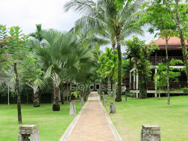 Таїланд, Чанг Wat Пханг Нга, тамбон Khuekkhak, курорт Laguna Khao Lak, доріжки через зелений парк — стокове фото