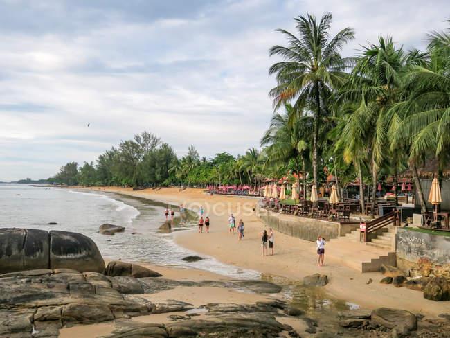Таїланд, Чанг Wat Пханг Нга, тамбон Khuekkhak, люди, що йдуть на пляжі курорту Laguna в Khao Lak — стокове фото