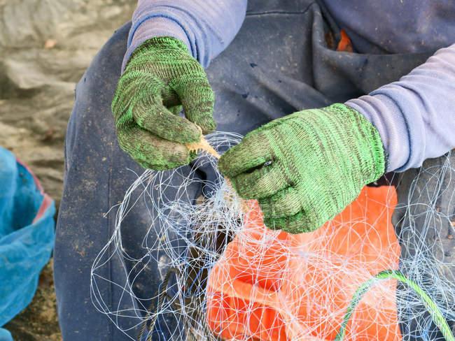 Thailandia, Chang Wat Phang-nga, Tambon Khuekkhak, Rete da pesca in mano al pescatore — Foto stock