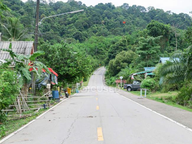 Таїланд, Чанг Wat Пханг Нга, тамбон Khuekkhak, дороги через Talaenok села і зелений природний ландшафт — стокове фото