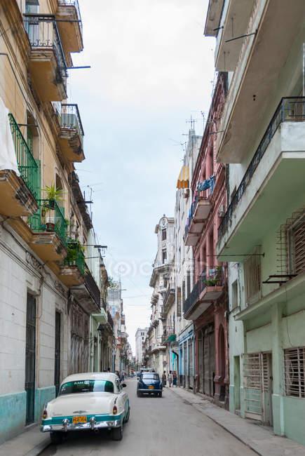 Automobili di Cuba, l'Avana, le strade dell'Avana vecchia — Foto stock