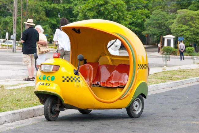 Cuba, Havana, vista do típico táxi amarelo coco — Fotografia de Stock