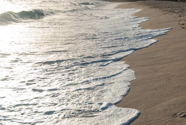 Cuba, Rafael Freyre, Seaside at Holiguin, waves on sandy shore at sunset — Stock Photo