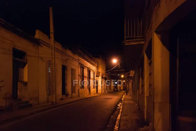 Cuba, beco noturno em Camaguey, foco em primeiro plano — Fotografia de Stock