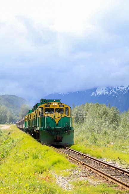 USA, Alaska, Skagway, The White Pass train makes its way to the mountains to Canada — Stock Photo