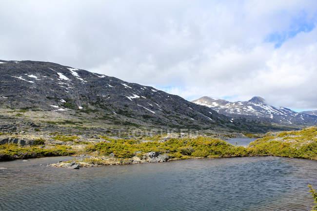 USA, Alaska, Skagway, Lake and mountains of wild  nature of Alaska — стоковое фото