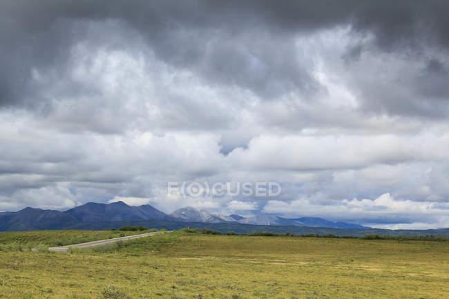 Канада, территория Юкон, Юкон, на Dampster шоссе судя Северной пустыне пейзаж с горы под тяжелые небо — стоковое фото