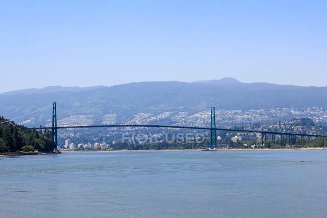 Canadá, British Columbia, Vancouver, Stanley Park, modo de exibição do Lions Gate Bridge pelo mar — Fotografia de Stock