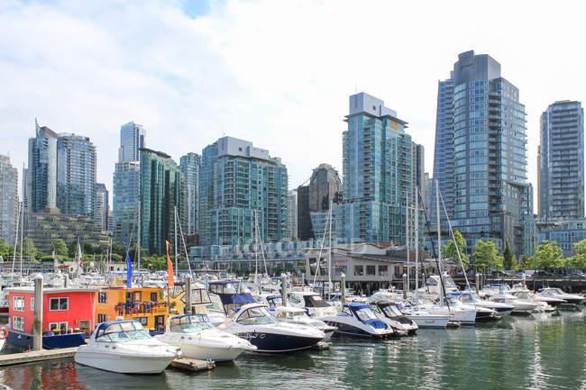 Canadá, Columbia Británica, Vancouver, Marina privada en Vancouver, arquitectura moderna en el fondo - foto de stock