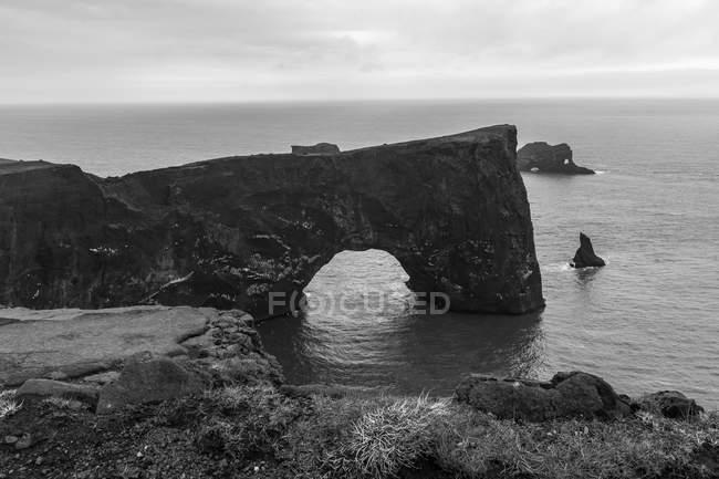 Bianco e nero paesaggio veduta dell'arco di roccia al Snaefellsnes, Islanda — Foto stock