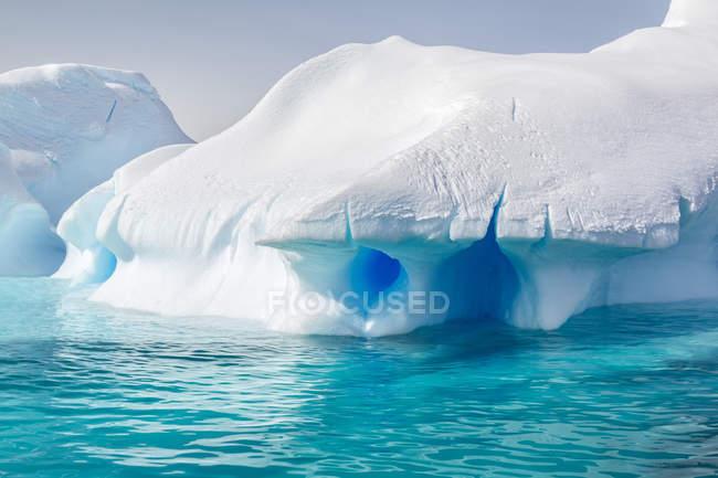 Антарктида, кришталево чистою блакитною водою та засніжених шматки — стокове фото