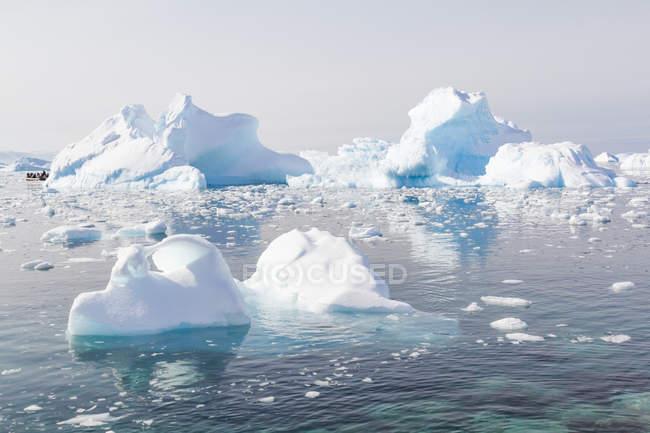 Antártica, icebergs na água à luz do sol — Fotografia de Stock