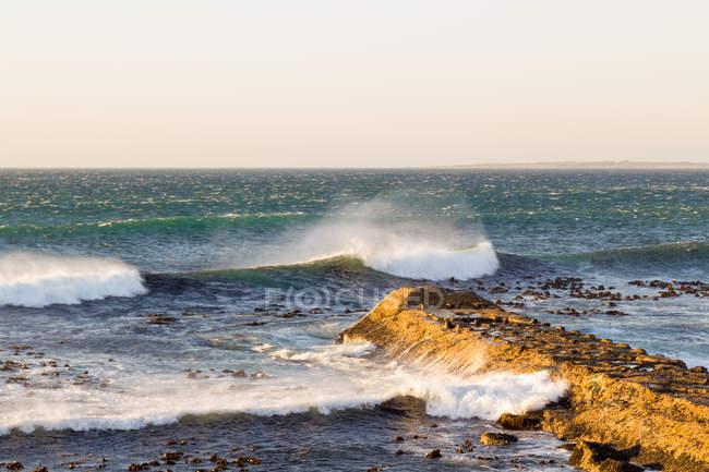 Südafrika, Westkap, Kapstadt, Wellenbrecher am Strand von Kapstadt — Stockfoto