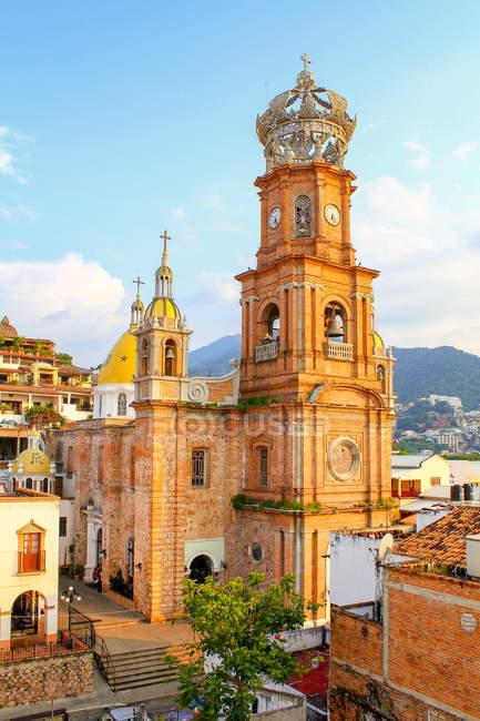 Мексика, Халіско, Пуерто-Вальярта, церковного мальовничим видом на місто — стокове фото