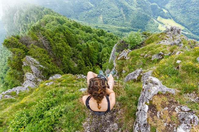 Overhead view of woman enjoying picturesque view of  mountains, Salzburg-Land, Salzburg, Austria — Stock Photo