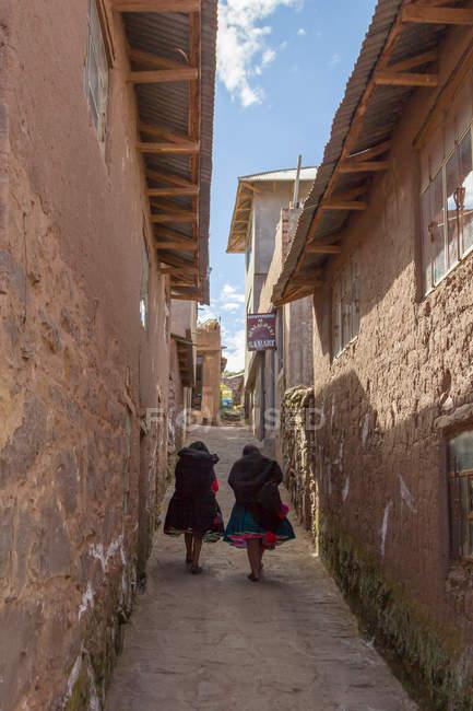 Peru, puno, puno, Blick auf zwei Frauen, die auf der Gasse gehen — Stockfoto