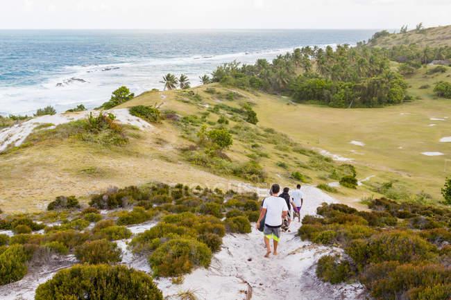 Madagaskar, Menschen zu Fuß auf Sanddünen auf Madagaskar — Stockfoto