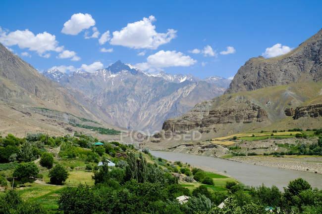 Tayikistán, Valle del Wakhan con paisaje de montañas escénicas de río Panj - foto de stock