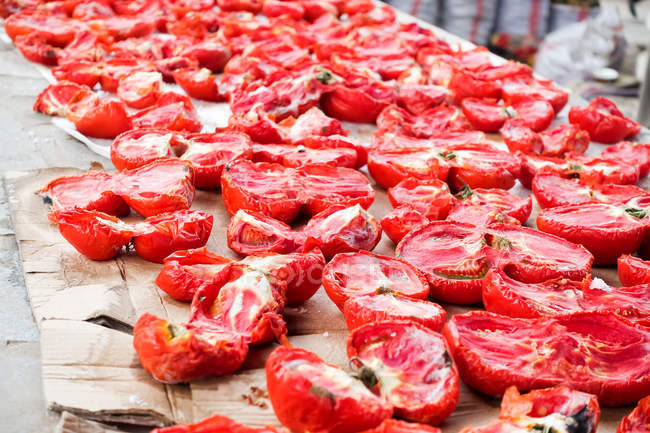 Kyrgyzstan, Osh region, Osh, market scene at Big Bazaar in Osh, dried tomatoes — Stock Photo