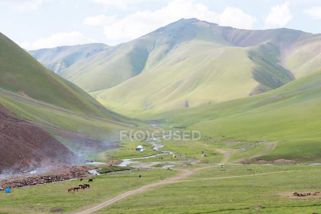 Кыргызстан, региона, Токтогульское, Таласской долины в Кировское водохранилище — стоковое фото