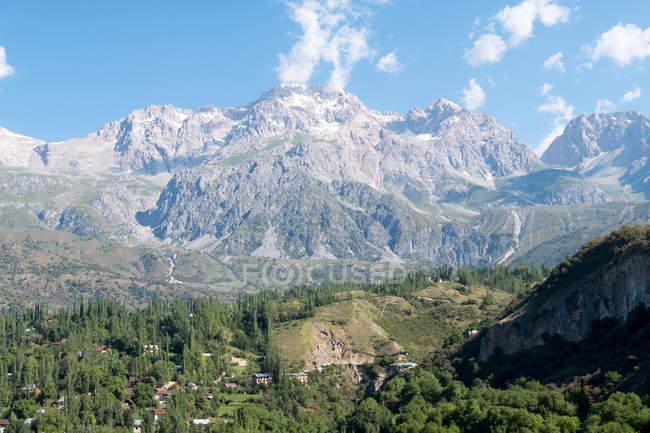 Киргизстан, Джалал-Абадської області область, Arslanbob, Arslanbob, гірський масив Оточений лісом — стокове фото