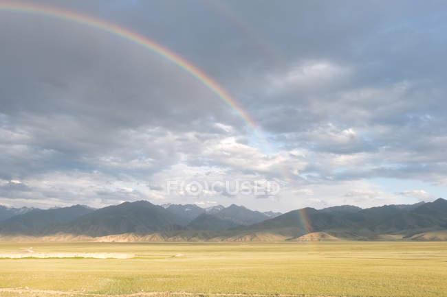 Kirghizistan, région de Naryn, au-Bashi District, Double Rainbow, Rainbow Road à Tash Rabat — Photo de stock