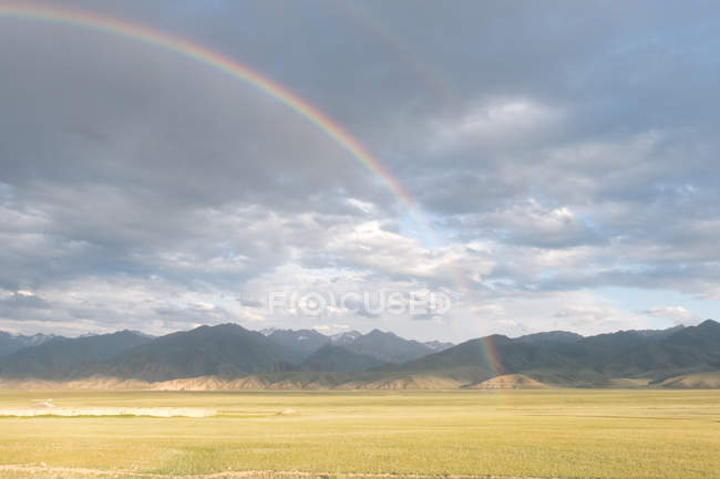 Киргизстан, Нарин область, на баші район, подвійні веселки, веселка на шляху до Таш Рабат — стокове фото