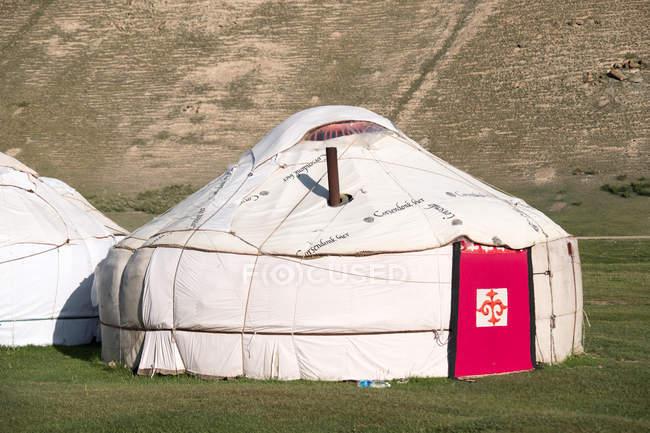 Kirguistán, Región de Naryn, Distrito de At-Bashi, Campamento de Yurtas, Tash Rabat - foto de stock