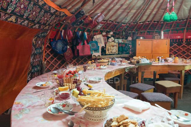 Kyrgyzstan, Naryn Region, at-bashi Bezirk, Frühstückstisch in der Lounge, tash rabat — Stockfoto