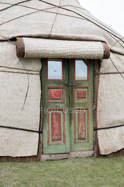Kirguistán, región de Naryn, distrito de Kochkor, puerta de la yurta - foto de stock