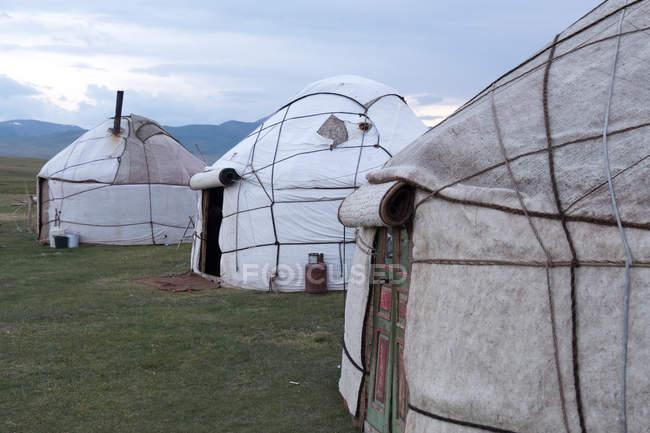 Kirguistán, Región de Naryn, Distrito de Kochkor, Campamento de Yurtas - foto de stock