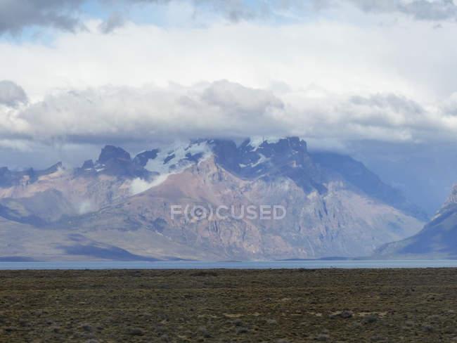 Argentine, Santa Cruz, Lago Argentino, vue montagnes dans les nuages — Photo de stock