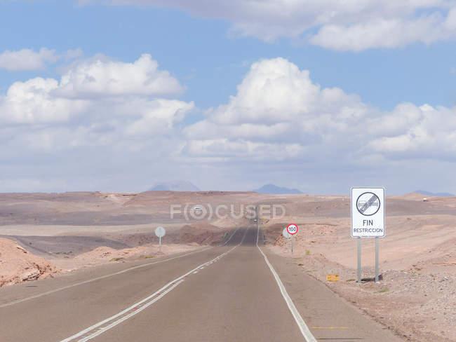 Desierto de Chile, región de Antofagasta, El Loa, Chile de carretera, dirección a San Pedro - foto de stock