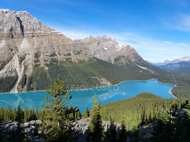 Canada, Alberta, Division No. 15, view of mountain lake — Stock Photo