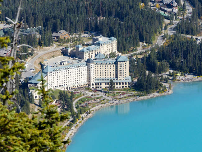 Kanada, Alberta, Division Nr. 15, Panorama Luftaufnahme des Hotel am Lake Louise — Stockfoto