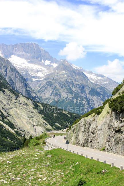 Schweiz, Wallis, Obergoms Vs, The Furka-Pass, malerische Berge Landschaft mit Autobahn — Stockfoto