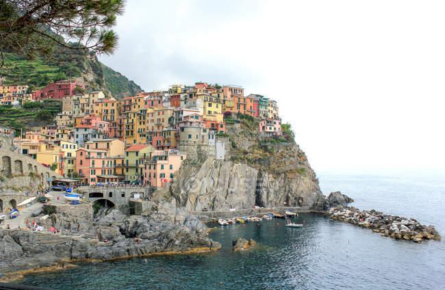 Blick auf bunte Häuser entlang der Mittelmeerküste in manarola, ligurien, italien — Stockfoto