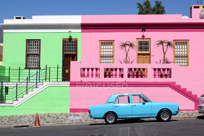 South Africa, Western Cape, Cape Town, the colorful houses of Bo-Kaap and a bright blue vintage car — Stock Photo