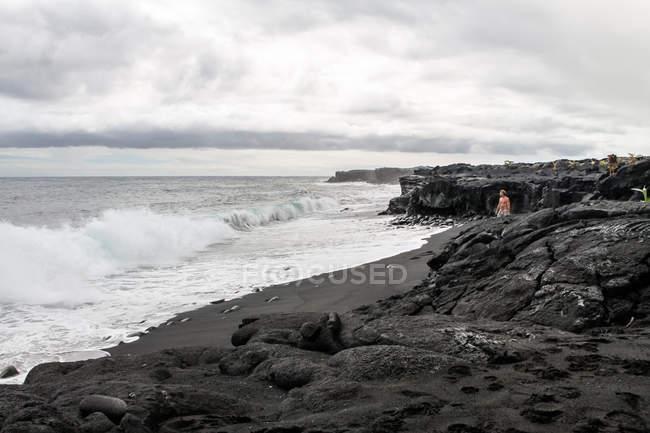 Estados Unidos, Hawaii, playa de Kalapana en la isla grande negro - foto de stock
