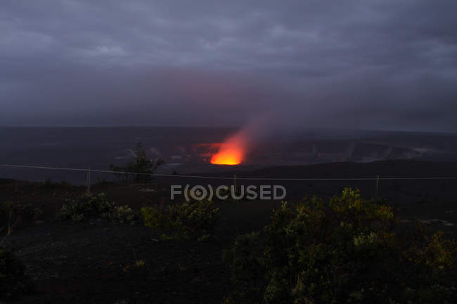 USA, Hawaii, aktiven Kilauea Vulkankrater leuchtet in der Nacht — Stockfoto