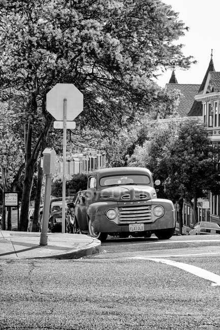 USA, California, San Francisco, Old vintage car in street of San Francisco — Stock Photo