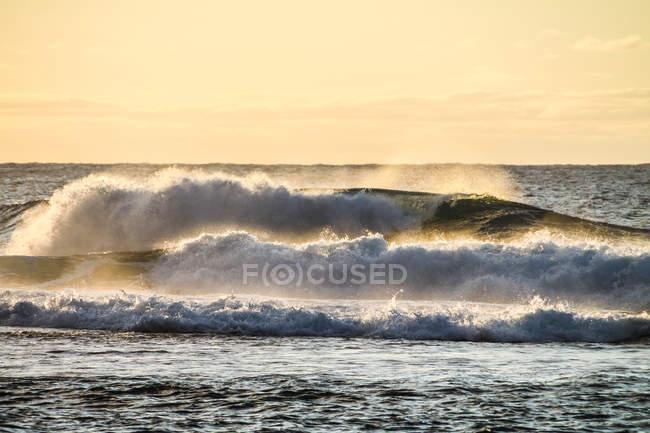 USA, Hawaii, Kapaa, malerische Meereslandschaft bei Sonnenuntergang mit Wellen — Stockfoto