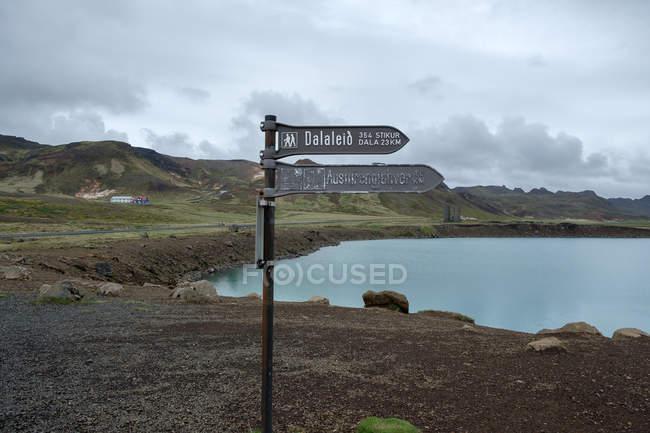 Austurrengjahver und grüne See Graenavatn-Pfeil-Zeichen mit Landschaft im Hintergrund — Stockfoto