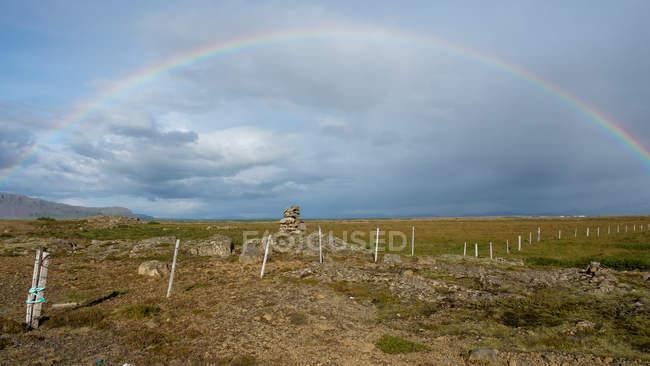 Равнинный пейзаж с радугой в небе, Исландия, Miklaholtshreppur — стоковое фото