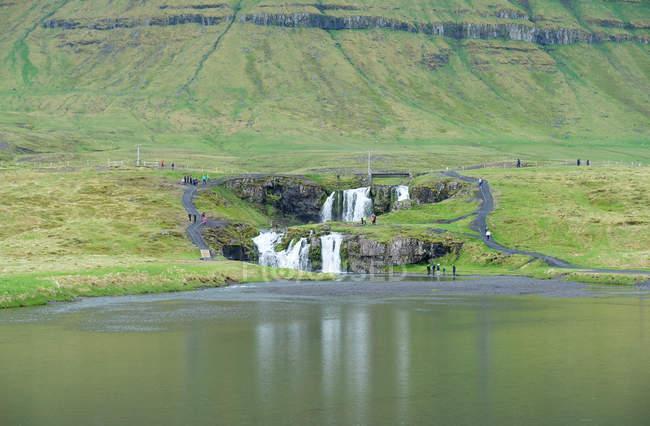 Island, Snefellsnes, malerische Landschaft mit Kirkjufellsfoss Wasserfall am Berg-See — Stockfoto