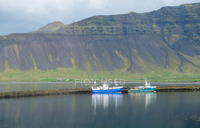 Bateaux d'Islande, Helgafellssveit, dans un fjord étroit dans le nord de la péninsule de Snefellsnes — Photo de stock